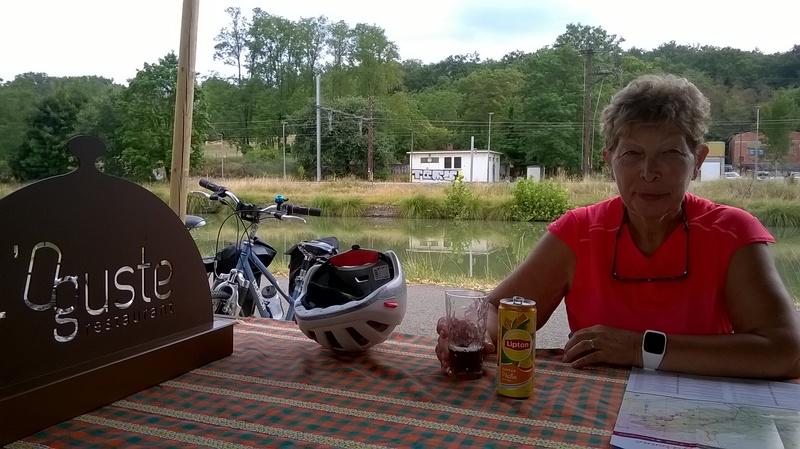 Pause café au resto l'Oguste sur le canal latéral à la Garonne
